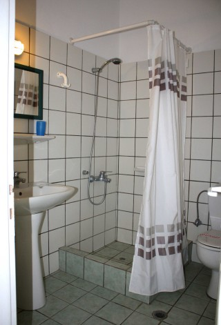 double-room-naoussa-hotel-shower