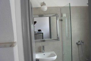 double studio naoussa hotel bathroom