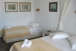 triple room hotel naoussa beds