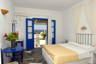 double-room-naoussa-hotel-bedrooms