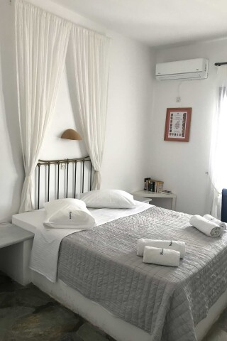 double room naoussa hotel double bed