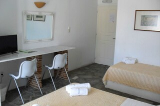 triple-room-hotel-naoussa-bedroom