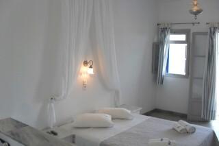 triple-studio-naoussa-hotel-bedroom